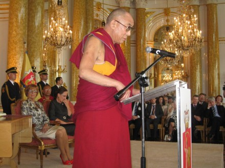 His Holiness the Dalai Lama addressing the gathering to accept Warsaw's honorary citizenship title.