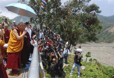 Tibetan spiritual leader the Dalai Lama, left, prays for victims of Shiao Lin, the village hardest-hit by massive mudslides triggered by Typhoon Morakot early this month,  Monday, Aug. 31, 2009, in Kaohsiung County, southern Taiwan.  (AP Photo/Chiang Ying-ying)