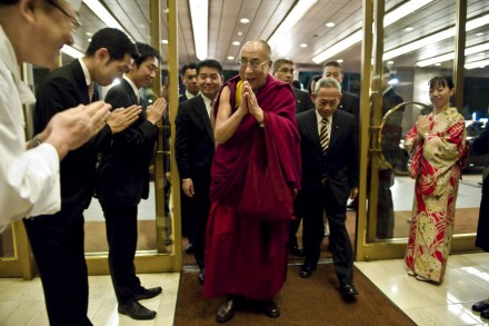 His Holiness the Dalai Lama (C) arrives at the Royal Park Hotel, Tokyo flanked by Lhakpa Tsokho  (R) and Makino Seishu (L)/Photos by Tenzin Choejor